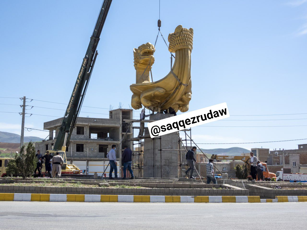 نصب المان دستبند زیویه در میدان زیویه شهر صاحب
